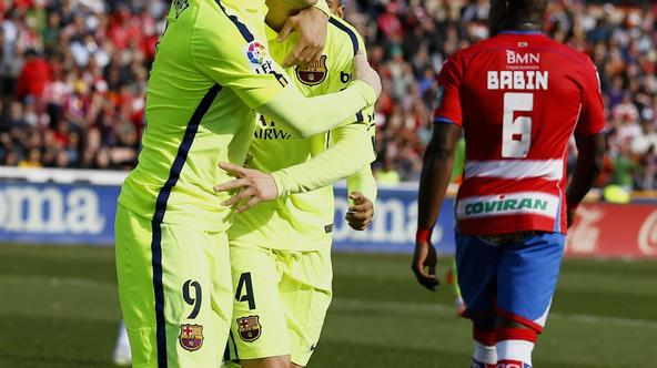 Barcelona's Ivan Rakitic (C) is congratulated by teammate Luis Suarez after scoring a goal against Granada during their Spanish first division soccer match at Nuevo Los Carmenes stadium in Granada February 28, 2015. REUTERS/Marcelo del Pozo (SPAIN - Tags: