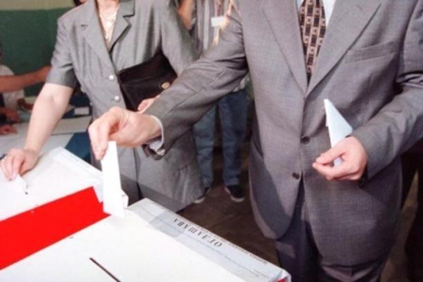 'Momir Bulatovic, Prime Minister of federal parliament and faithful follower of President Slodoban Milosevic casts his vote for parliamentary and local polls in a school of Podgorica 31 May. The vote