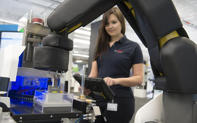 A Bosch employee operates an Apas production assistant for demonstration purposes at the Bosch manufactory Feuerbach in Stuttgart, Germany, 18 April 2017. Photo: Franziska Kraufmann/dpa /DPA/PIXSELL