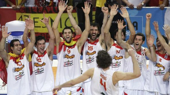 'Spain\'s Pau Gasol (4) pumps his fist as the rest of the team celebrate after winning their FIBA EuroBasket 2009 final match against Serbia in Katowice September 20, 2009.    REUTERS/Ints Kalnins  (P