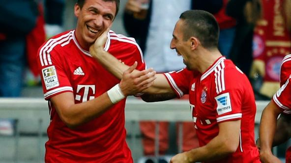 'Mario Mandzukic (L) and Franck Ribery of FC Bayern Munich celebrates during their German first division Bundesliga soccer match against Hertha Berlin in Munich October 26, 2013.  REUTERS/Michael Dald