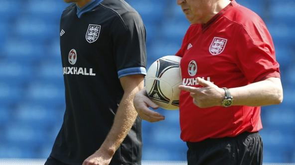 'England soccer coach Roy Hodgson (R) walks with team captain Steven Gerrard during a training session at Manchester City\'s Etihad Stadium in Manchester, northern England May 24, 2012. REUTERS/Phil N