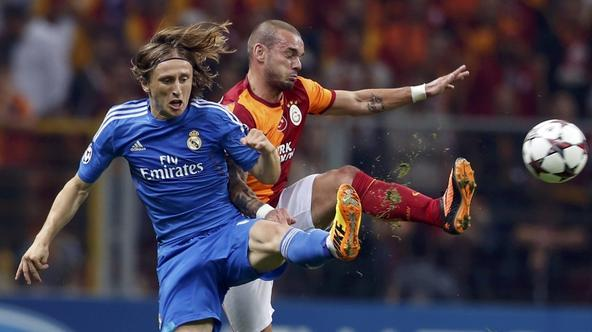 'Real Madrid\'s Luka Modric (L) challenges Galatasaray\'s Wesley Sneijder during their Champions League Group B soccer match at Turk Telekom Arena in Istanbul September 17, 2013.  REUTERS/Murad Sezer