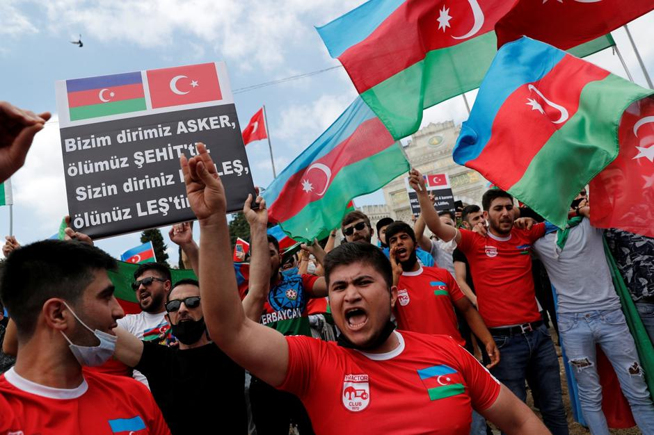 Azeri men living in Turkey shout slogans during a protest in Istanbul | Autor : MURAD SEZER/REUTERS/PIXSELL/REUTERS/PIXSELL