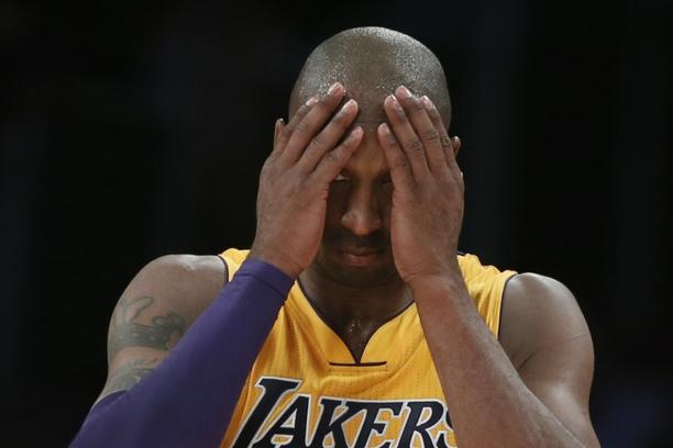 'Los Angeles Lakers' Kobe Bryant reacts during their loss to the San Antonio Spurs during their NBA basketball game in Los Angeles November 13, 2012. REUTERS/Lucy Nicholson (UNITED STATES - Tags: SPO