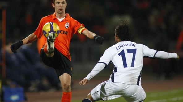 'Shakhtar Donetsk\'s Darijo Srna (L) challenges Tottenham Hotspur\'s Giovani Dos Santos during their UEFA Cup soccer match in Donetsk February 19, 2009.   REUTERS/Gleb Garanich (UKRAINE)'