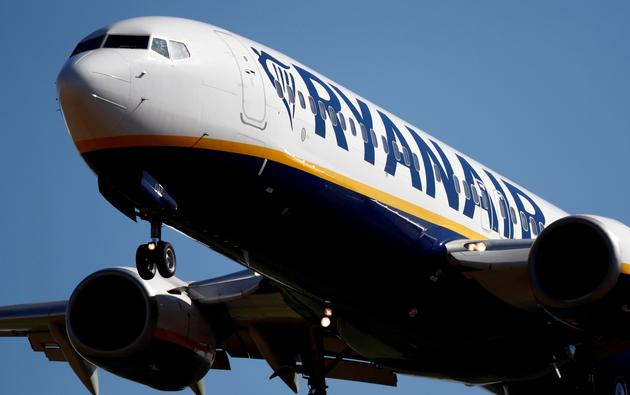 FILE PHOTO: A Ryanair Boeing 737 aircraft approaches Paris-Beauvais airport in Tille