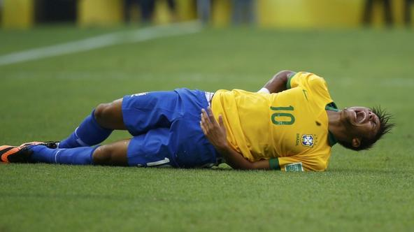 'Brazil\'s Neymar reacts as he lies on the field after a challenge during their Confederations Cup Group A soccer match against Mexico at the Estadio Castelao in Fortaleza June 19, 2013. REUTERS/Kai P