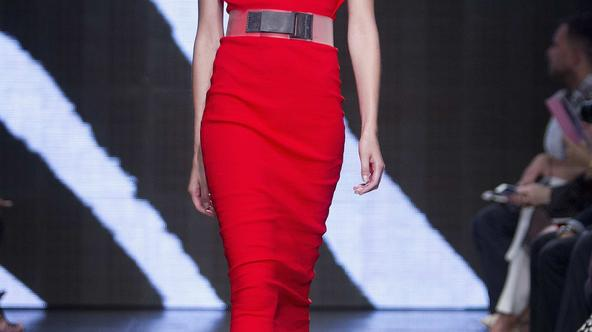A model presents a creation during the Donna Karan Spring/Summer 2015 collection show during New York Fashion Week in the Manhattan borough of New York September 8, 2014.    REUTERS/Carlo Allegri (UNITED STATES - Tags: FASHION)